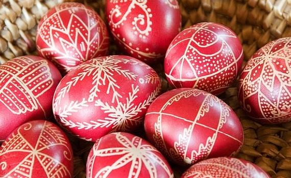 Danas je Veliki petak. Farbamo jaja, postimo i ne radimo ništa po kući