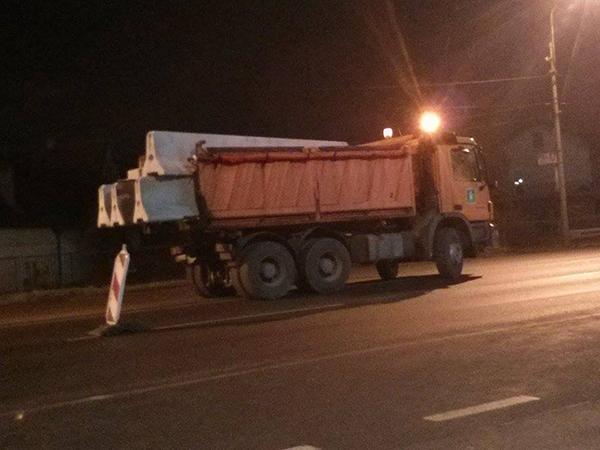 Postavljanje betonskih blokova na Zrenjaninskom putu, noć, LOBI