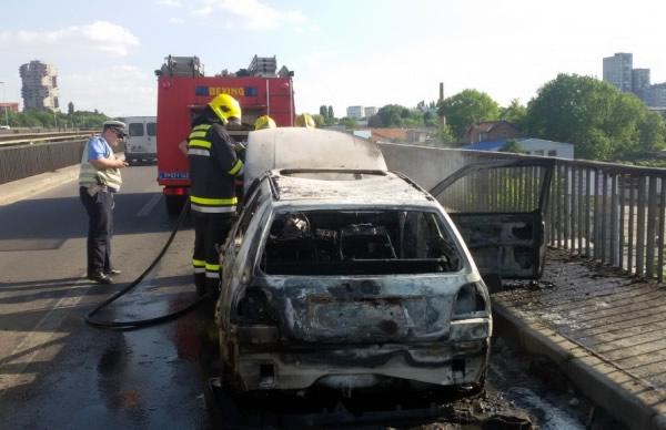 Slike izgorelog automobila na Pančevačkom mostu - 2015