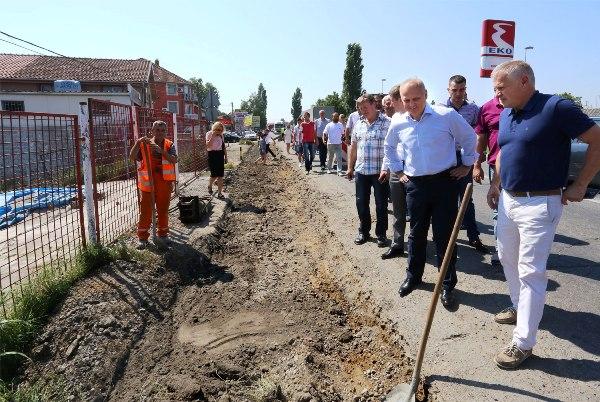 Postavljanje trotoara i dva nova pešačka prelaza na Zrenjanincu -2015