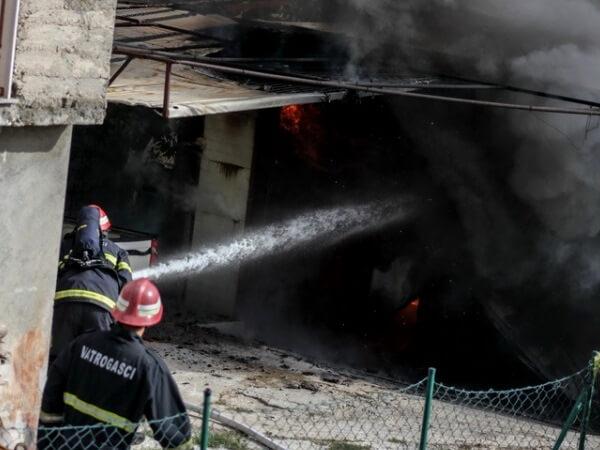 U požaru u Padinskoj Skeli izgoreo auto i četiri garaže - 13.11.2013