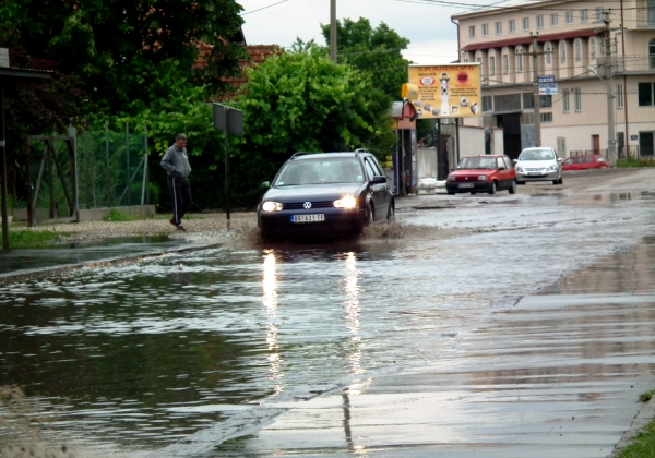Najavljeno 50 litara kiše: Komunalci u pripravnosti u naseljima leve obale