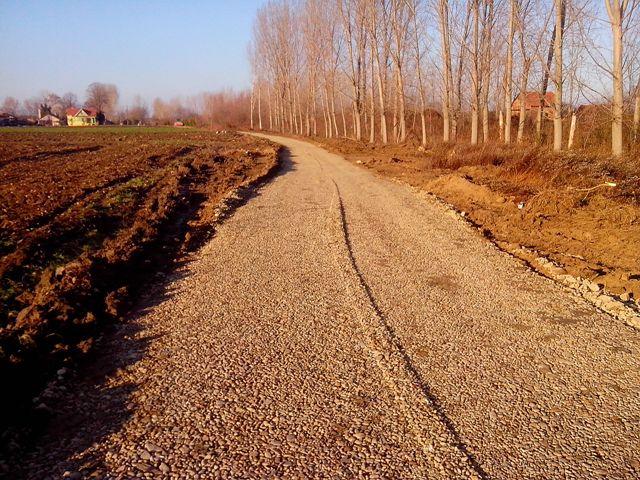 Počelo uređivanje atarskih puteva na levoj obali