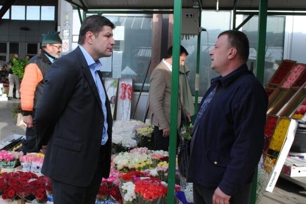 Građani i prodavci na pijaci cveća u Krnjači razgovarali sa direktorom - 2014