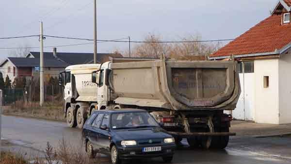 Mehanizacija za izgradnju severne tangente uništava puteve u Ovči 3.2.2015.