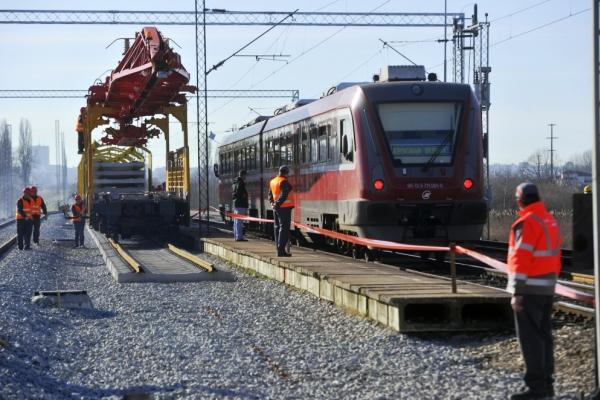 Zbog izgradnje drugog koloseka na pančevačkoj pruzi, pojedini vozovi na relaciji Pančevački most - Pančevo Vojlovica i dalje će saobraćati po izmenjenom redu vožnje od 15. do 30. aprila, saopštile su Železnice Srbije. Putnički vozovi iz Zrenjanina u 6:45 i iz Vršca u 9:44 za Beograd Dunav stanicu saobraćaće samo do stanice Pančevo Glavna, a izostajaće na relaciji Pančevo Glavna - Dunav stanica. RTV (Aleksandar Korom)RTV (Aleksandar Korom) Vozovi iz stanice Beograd Dunav u 10:18 za Zrenjanin i u 11:47 za Vršac umesto iz Beograd Dunav stanice, polaziće iz Pančeva Glavne u 10:52 za Zrenjanin i u 12:24 za Vršac, i neće saobraćati na relaciji Dunav stanica - Pančevo Glavna. Lokalni voz iz Ripnja u 12:32 za Pančevo Vojlovicu saobraćaće samo do Pančevačkog mosta. Voz iz Pančeva Vojlovice u 14:30 za Novi Beograd polaziće sa Pančevačkog mosta u 15:08, a izostajaće na relaciji Pančevo Vojlovica - Pančevački most.