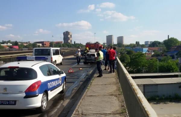 Slike izgorelog automobila na Pančevačkom mostu