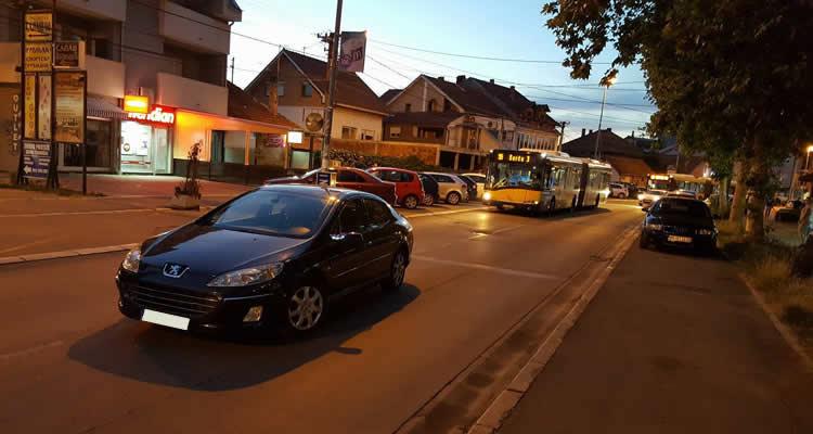 Parkiran auto na sred ulice u Borči, LOBI
